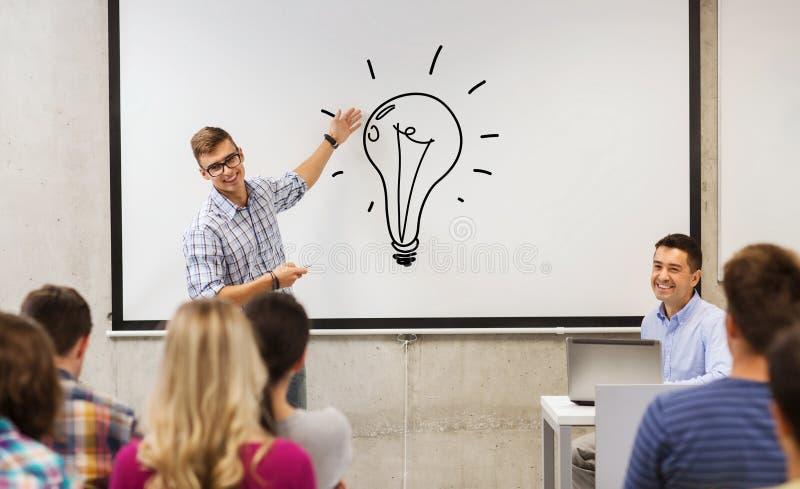 Gruppe von Studenten und von Lehrer am weißen Brett lizenzfreie stockfotografie
