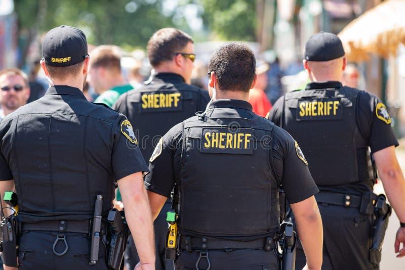 Gruppe von vier bewaffneten Polizeibeamten stockfoto