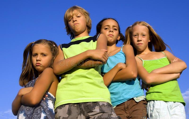 Gruppe von vier ernsten Kindern stockbild