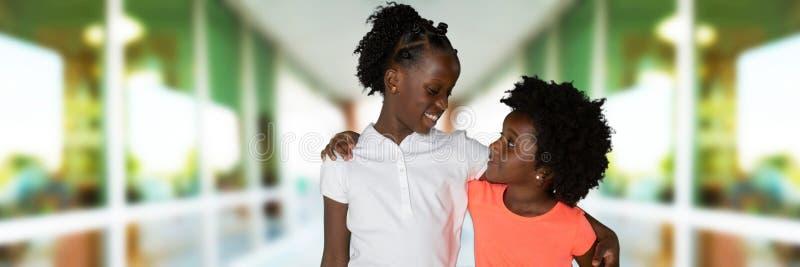 Gruppe von zwei jungen Afroamerikanermädchen lizenzfreie stockfotografie