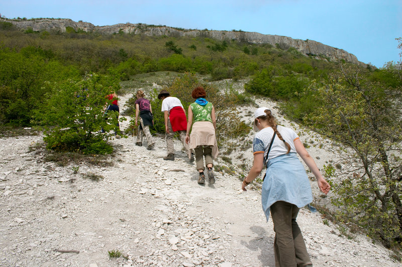 Gruppe Wanderer, die steigen stockfotografie