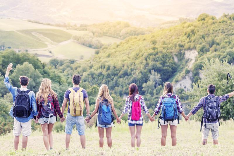 Gruppe Wanderer im Berg in der einzelnen Datei lizenzfreies stockbild