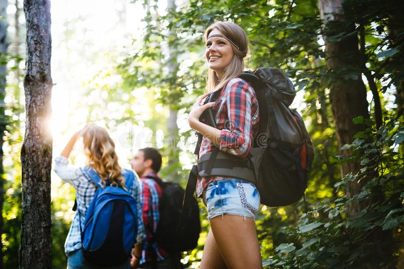 Gruppe wandernde Wanderer, die Waldtrekking anstreben stockbilder