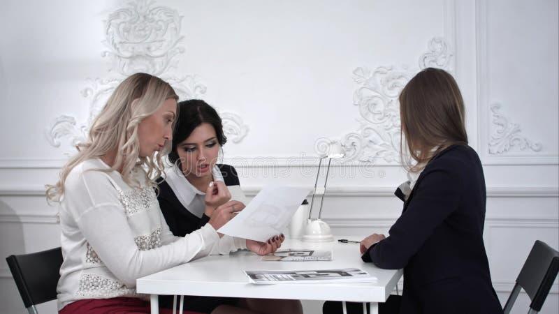Gruppe weibliche junge Geschäftsleute in einer Sitzung im Büro Timelaps lizenzfreie stockfotos