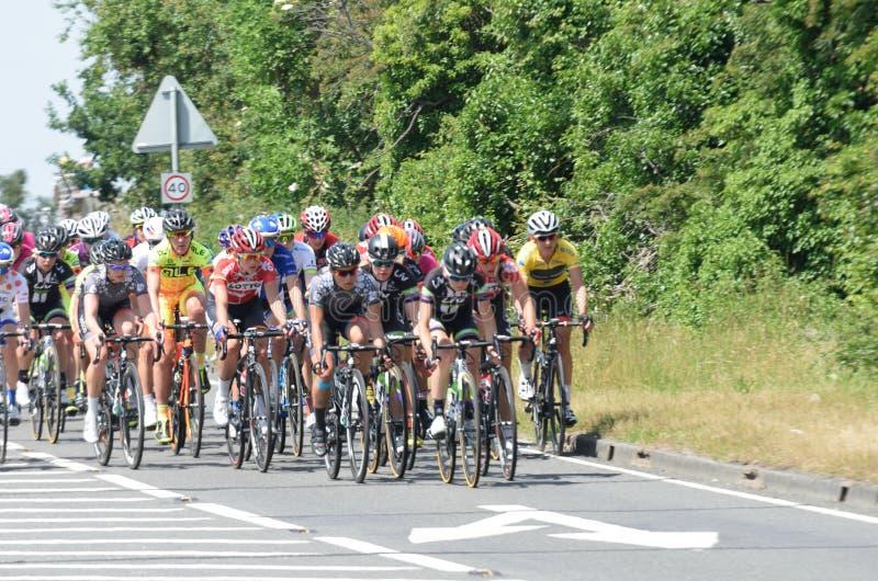 Gruppe weibliche Radfahrer aviva im BRITISCHEN Ausflug-Zyklusstraßenrennen lizenzfreies stockbild