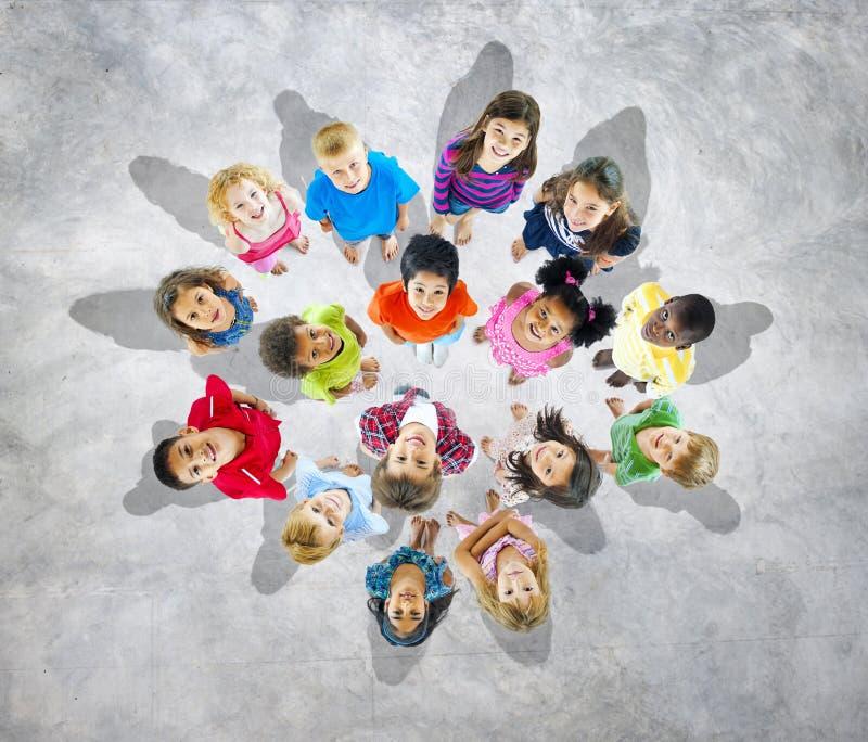 Gruppe Weltkinder, die oben schauen stockfotografie