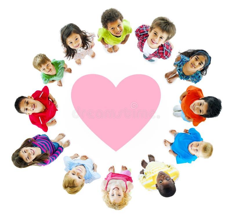 Gruppe Weltkinder mit der Liebe themenorientiert lizenzfreie stockfotos