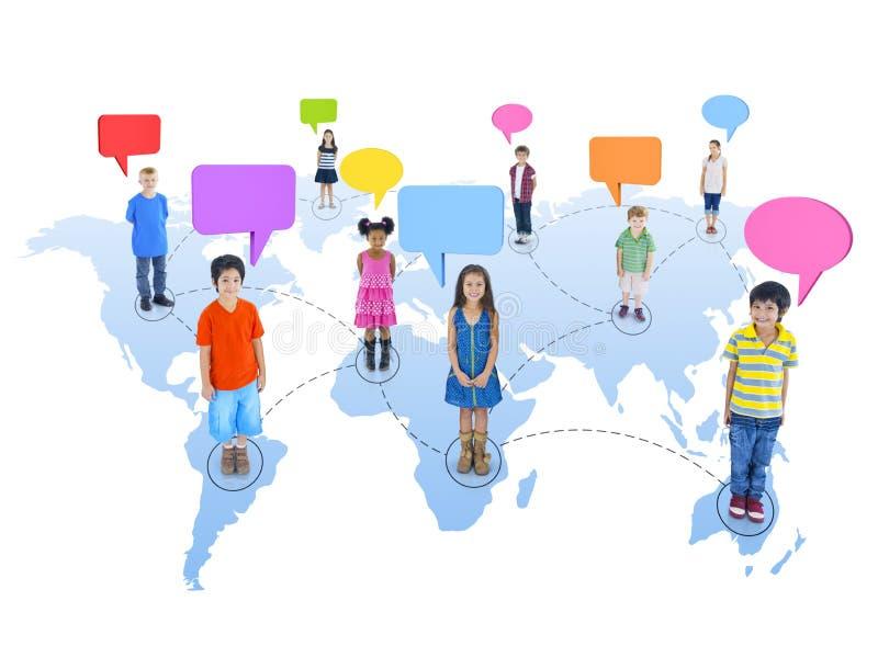 Gruppe Weltkinder zusammen angeschlossen lizenzfreies stockbild