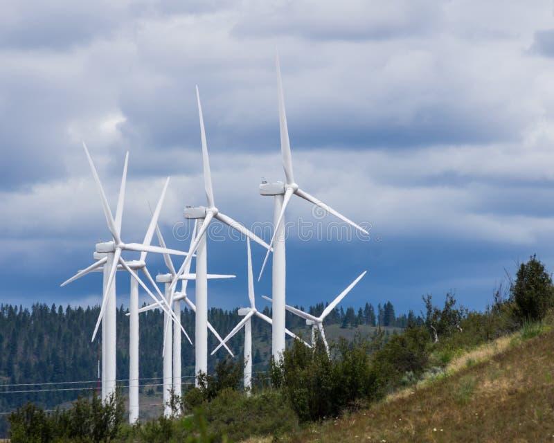 Gruppe Windturbinen für grüne Energie stockbild