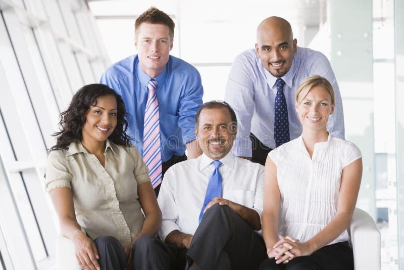 Gruppe Wirtschaftler in der Vorhalle lizenzfreies stockfoto