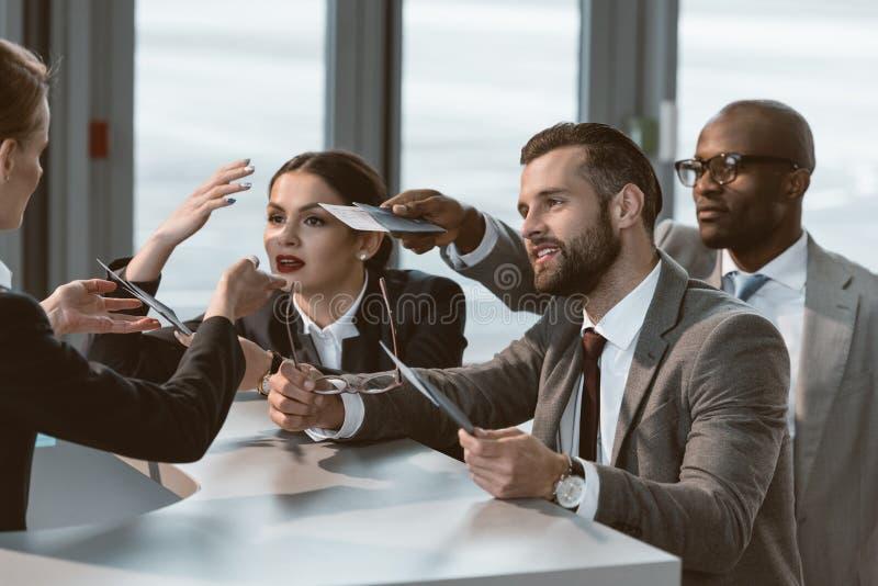 Gruppe Wirtschaftler, die Argument haben lizenzfreies stockfoto