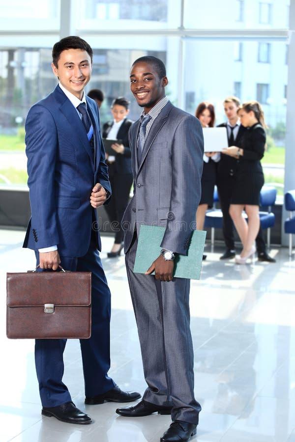 Download Gruppe Wirtschaftler, Die An Der Kamera Lächeln Stockfoto - Bild von glücklich, führung: 26373218