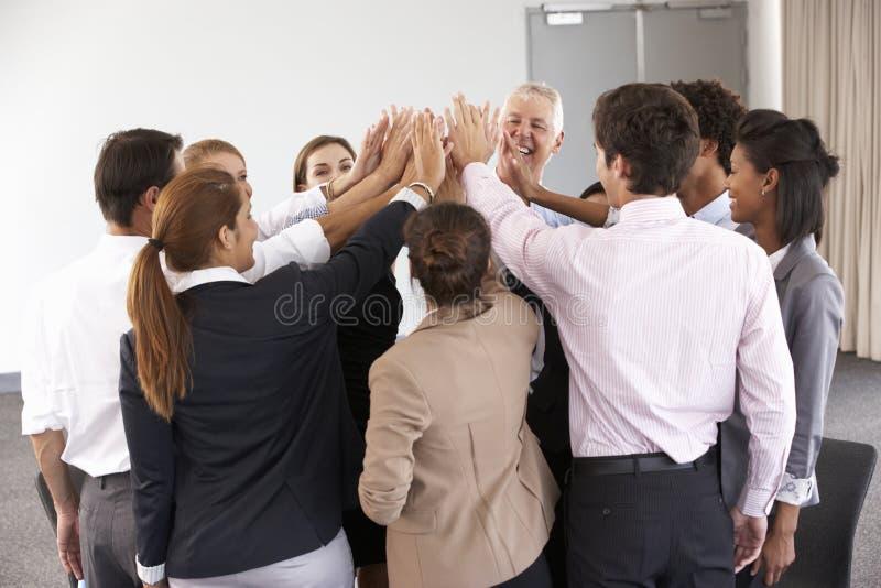 Gruppe Wirtschaftler, die Händen im Kreis auf Firmenseminar sich anschließen lizenzfreies stockfoto