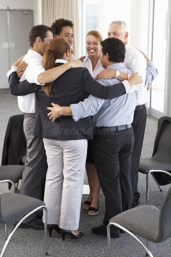 Gruppe Wirtschaftler, die im Kreis auf Firmenseminar verpfänden stockfotos