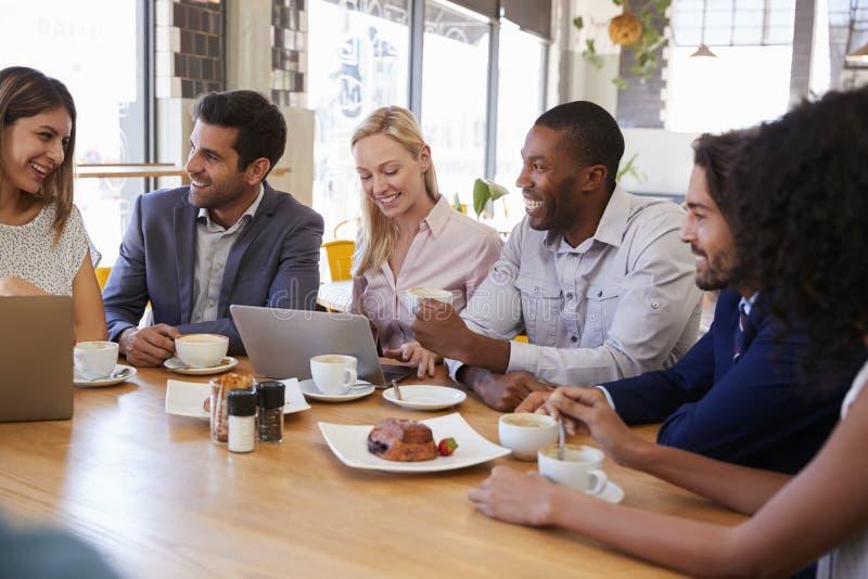 Gruppe Wirtschaftler, die Sitzung in der Kaffeestube haben lizenzfreie stockfotos