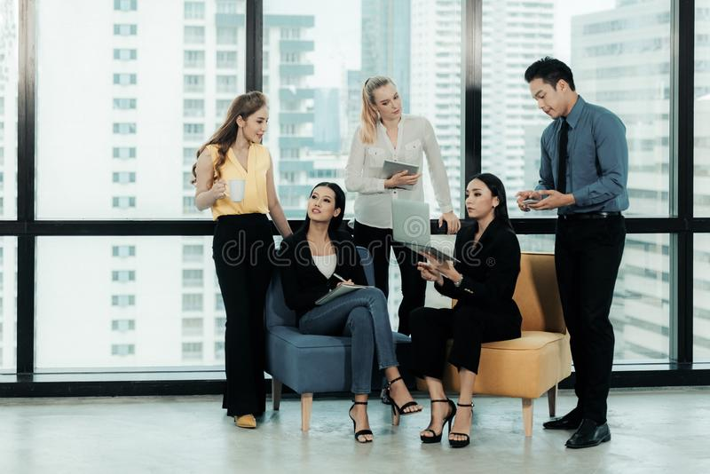 Gruppe Wirtschaftler, die zusammen eine digitale Tablette im Büro verwenden Treffende Geschäfts-Teamwork-Partner und kurze Arbeit lizenzfreie stockfotos