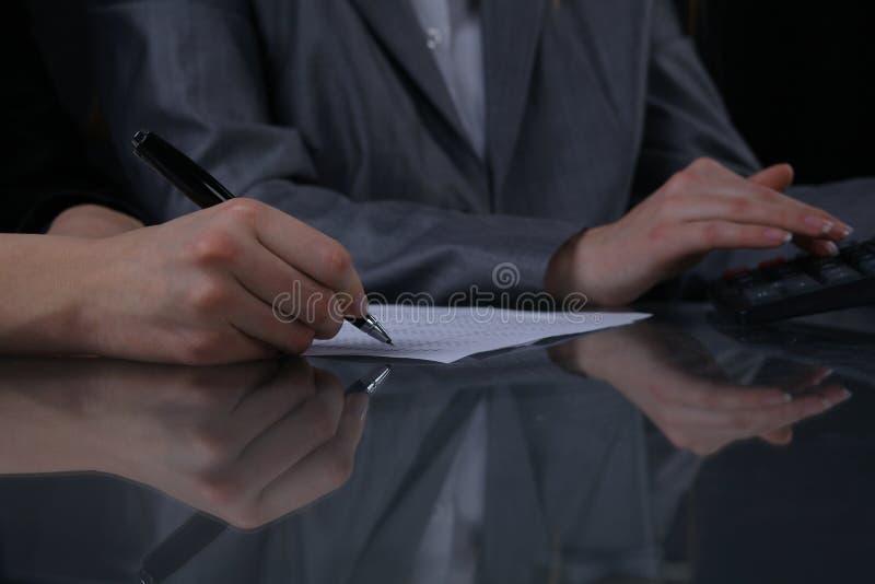 Gruppe Wirtschaftler oder Rechtsanwälte bei der Sitzung Zurückhaltende Beleuchtung stockfotos