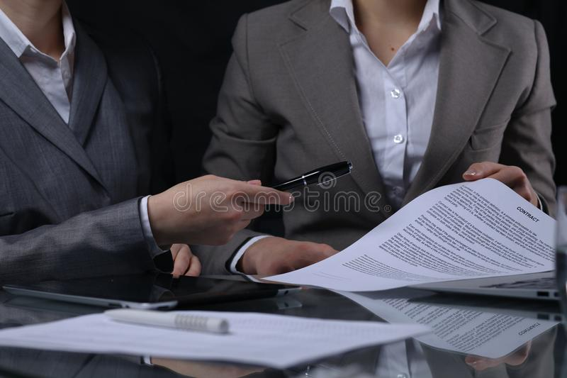 Gruppe Wirtschaftler oder Rechtsanwälte bei der Sitzung Zurückhaltende Beleuchtung lizenzfreie stockbilder