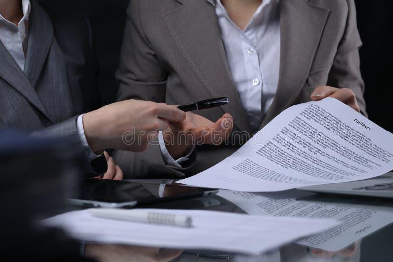 Gruppe Wirtschaftler oder Rechtsanwälte bei der Sitzung Zurückhaltende Beleuchtung stockbild