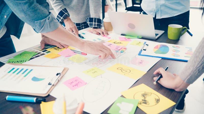 Gruppe zufällig gekleidete Geschäftsleute, die Ideen im Th besprechen lizenzfreies stockfoto