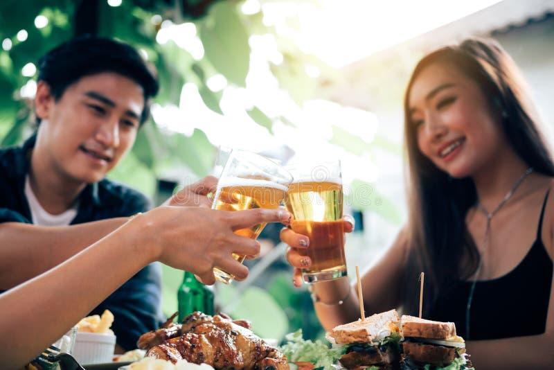 Gruppe zujubelndes Bier der asiatischen Leute an der gl?cklichen Stunde des Restaurants im Restaurant stockbilder