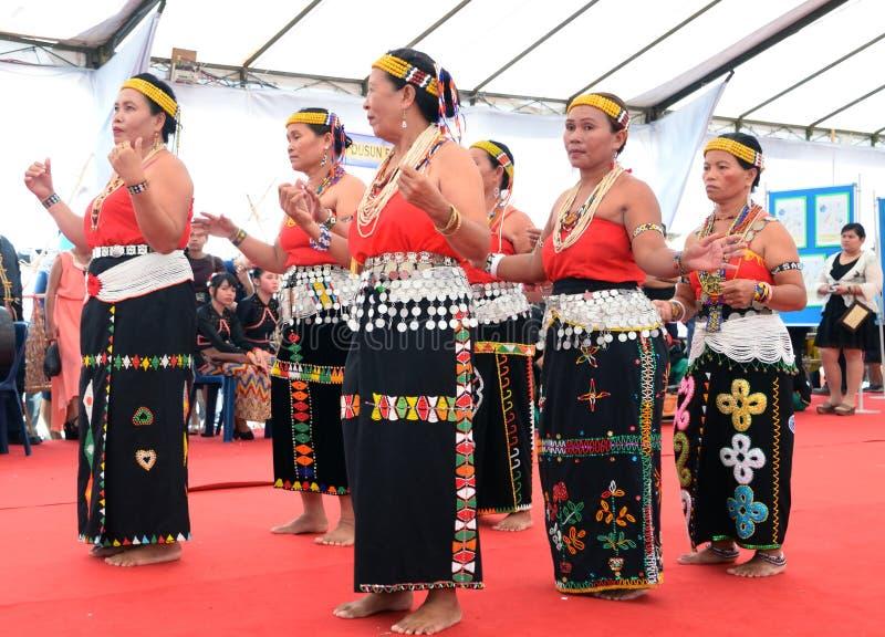 Gruppen av åldring från den Murut person som tillhör en etnisk minoritet utför en traditionell dans royaltyfri foto