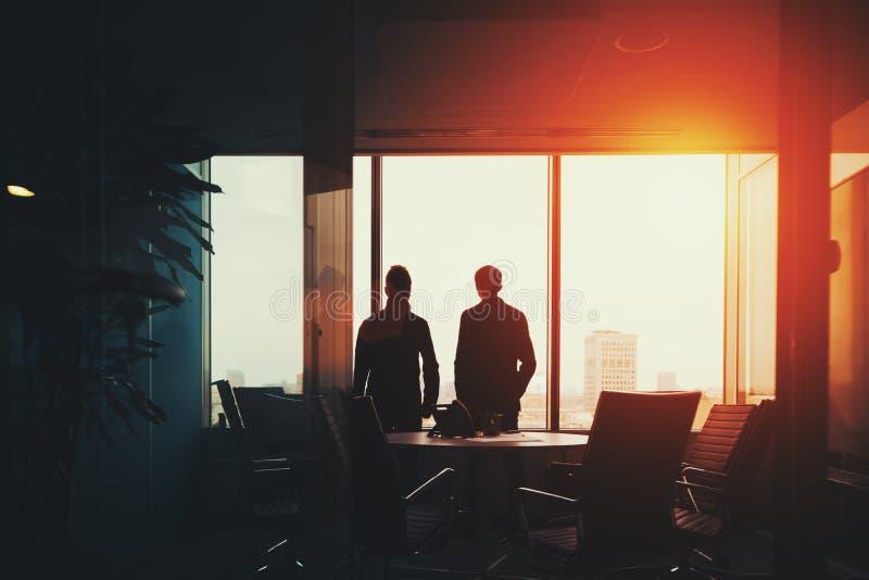 Gruppen av affärsfolk near fönstret arkivbilder