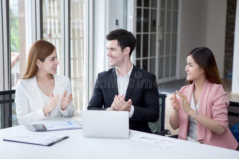 Gruppen av affärsfolk Team fira att applådera för framgång arkivbild