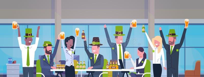 Gruppen av arbetare firar dagen för St Patricks i regeringsställning som bär den gröna hatten och tillsammans dricker horisontalb royaltyfri illustrationer