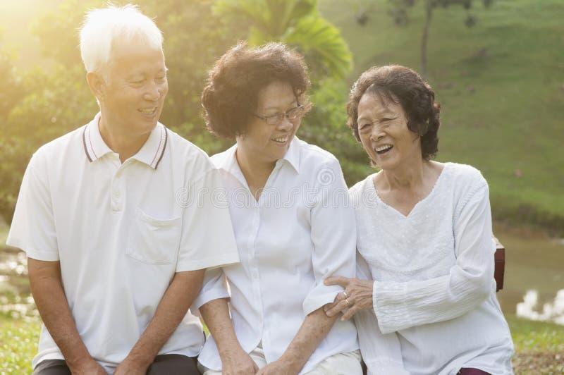 Gruppen av asiatiska pensionärer på utomhus- parkerar arkivbilder