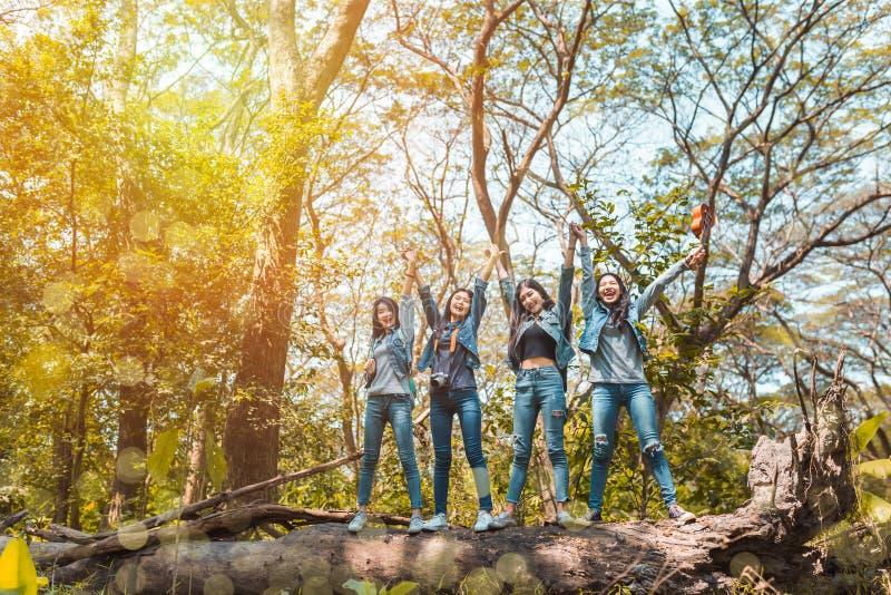 Gruppen av asiatiskt kvinnadestinationsfullföljande tycker om och det lyckliga loppet som trekking arkivbild