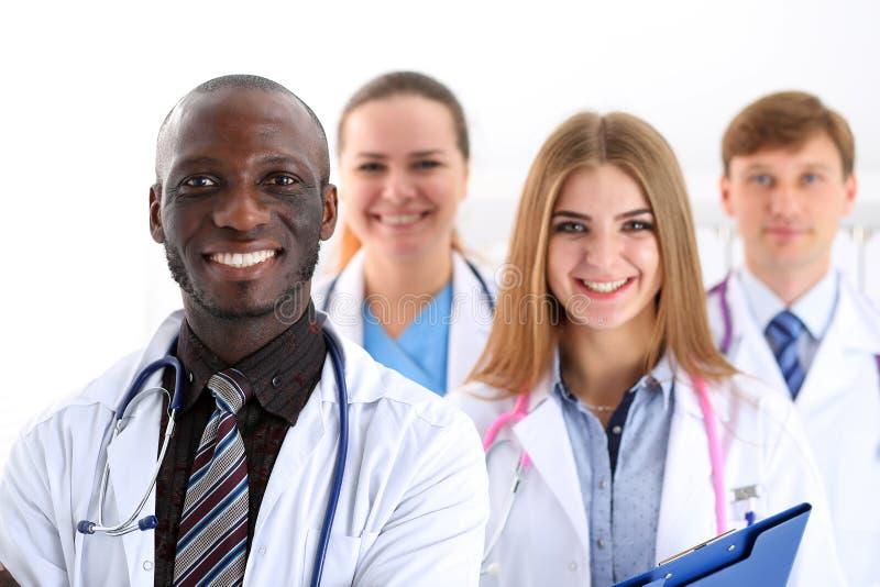 Gruppen av att le vänliga medicindoktorer ser in camera arkivfoton
