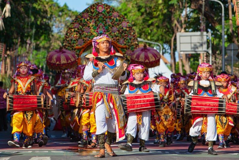 Gruppen av Balinesemän i traditionella dräkter spelar gamelan musik arkivfoton