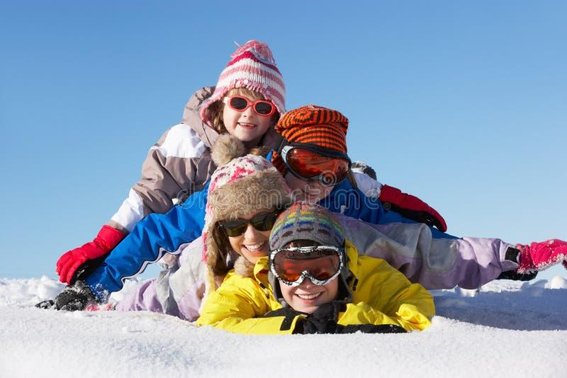 Gruppen av barn som har gyckel skidar på, ferie fotografering för bildbyråer