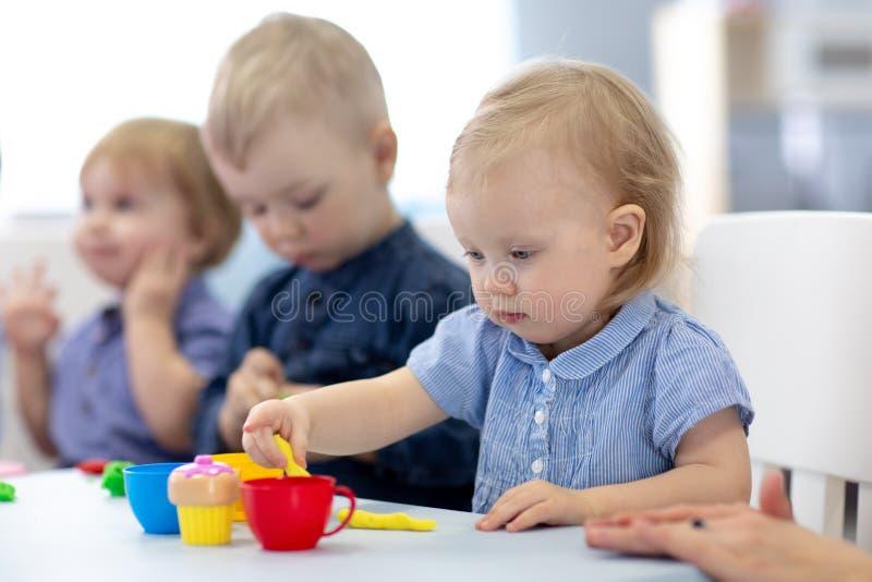 Gruppen av behandla som ett barn ungar som in kopplas in, handcrafts arkivfoton