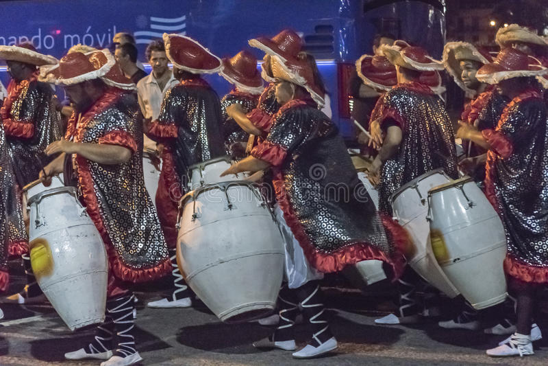 Gruppen av Candombe handelsresande på karnevalet ståtar av Uruguay arkivbilder