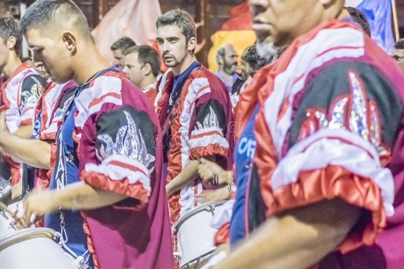 Gruppen av Candombe handelsresande på karnevalet ståtar av Uruguay arkivfoton