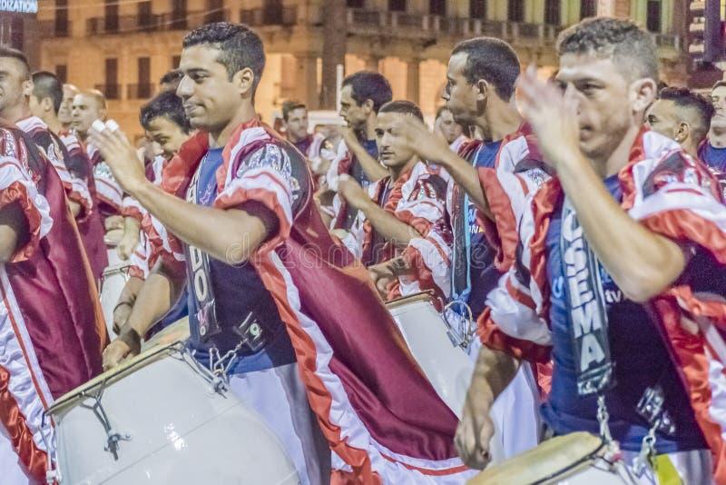 Gruppen av Candombe handelsresande på karnevalet ståtar av Uruguay arkivfoto