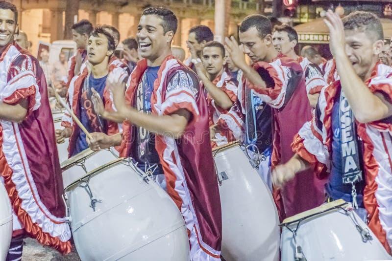 Gruppen av Candombe handelsresande på karnevalet ståtar av Uruguay royaltyfria foton