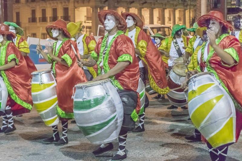 Gruppen av Candombe handelsresande på karnevalet ståtar av Uruguay royaltyfria bilder