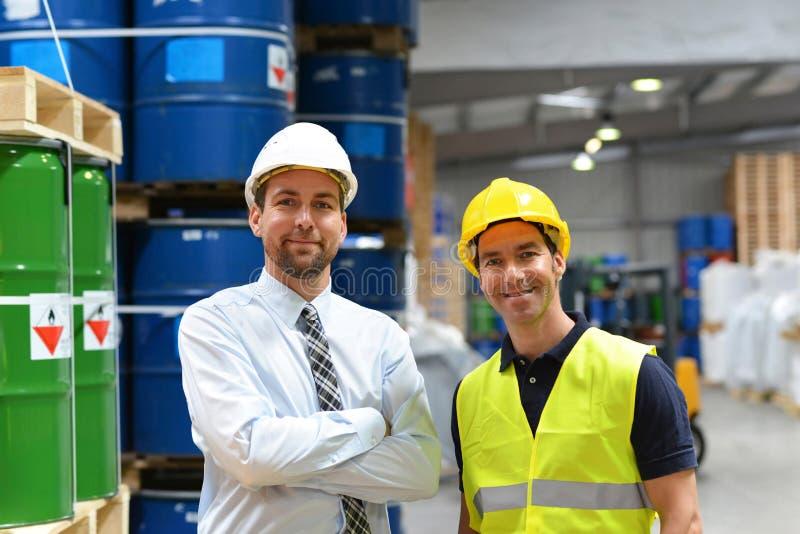 Gruppen av chefen och arbetaren i logistikbranschen arbetar i a arkivfoto
