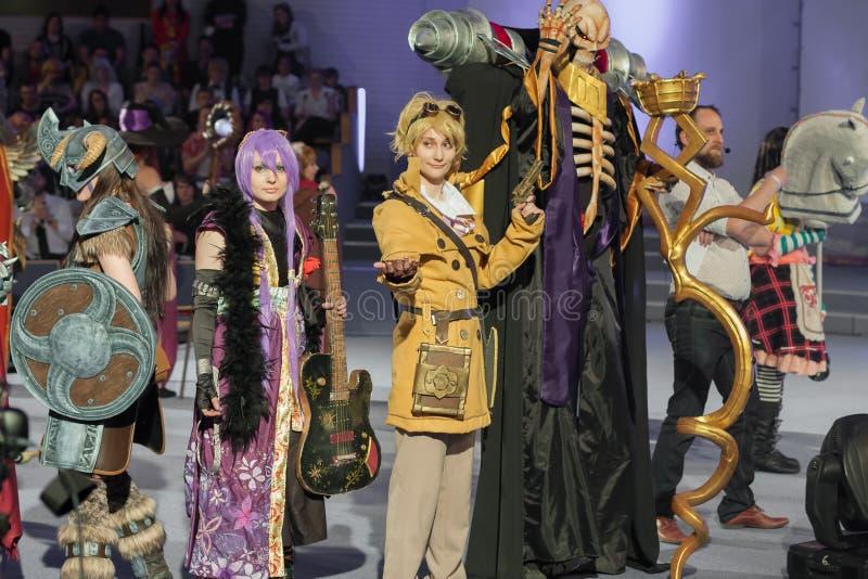 Gruppen av cosplayers poserar under cosplay strid på Animefest arkivbilder