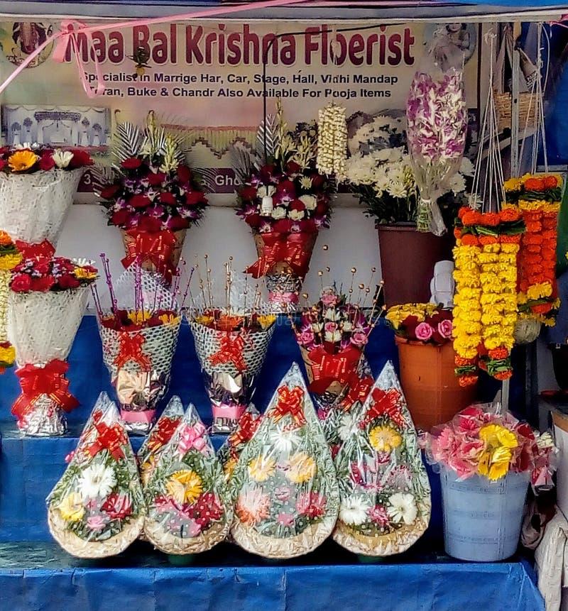 Gruppen av cyklar i lokal indisk blomsterhandlare shoppar royaltyfri fotografi