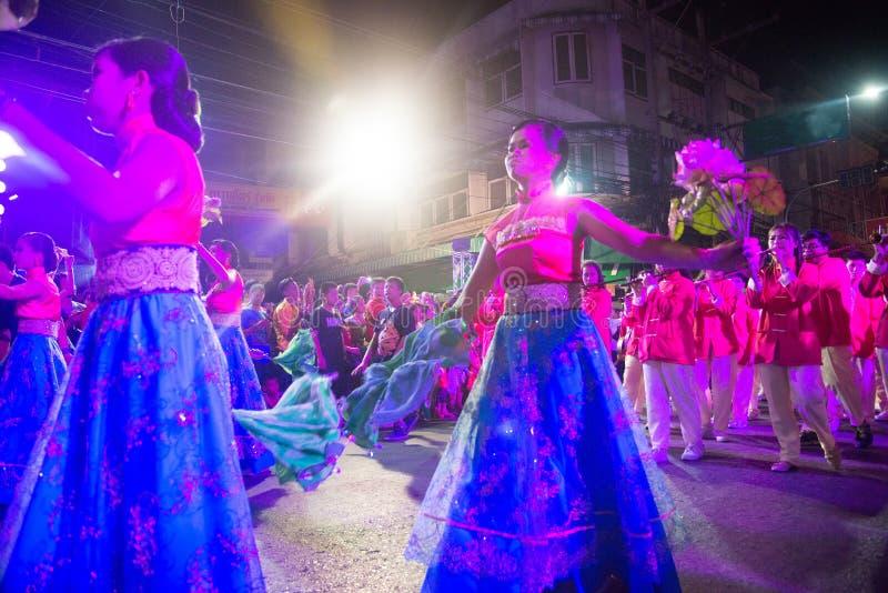 Gruppen av den oidentifierade nätta kvinnan är felikt utföra, och dansen under det kinesiska nya året ståtar in i stad arkivbilder