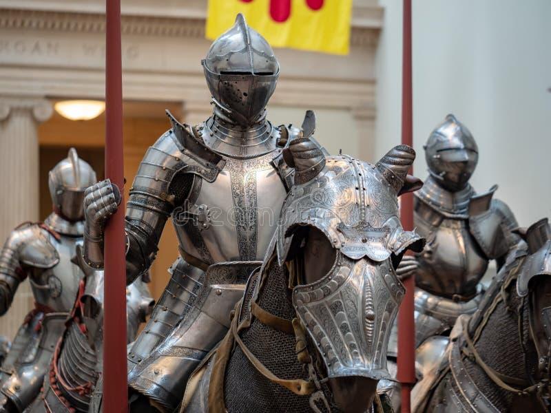 Gruppen av det 16th århundradet adlar bärande tysk plattaharnesk omkring royaltyfri foto
