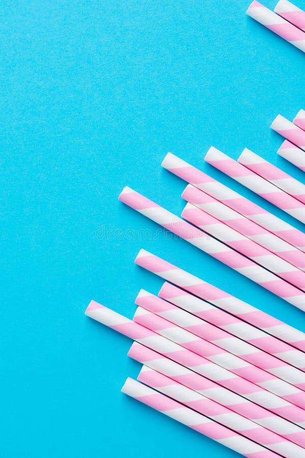 Gruppen av eleganta vita rosa färger gjorde randig papper som dricker sugrör på mintkaramellblåttbakgrund För Babyshower för föde royaltyfria bilder
