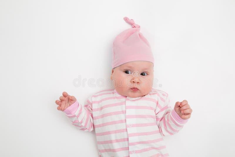Gruppen av gulliga fem behandla som ett barn, 3 gamla månader, i olik hatt arkivbild
