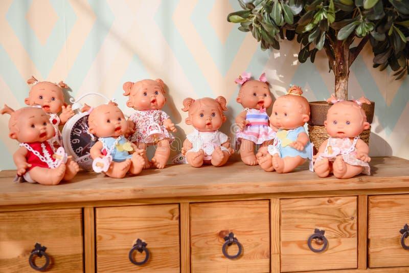 Gruppen av gulligt behandla som ett barn dockor på ljus bakgrund fotografering för bildbyråer