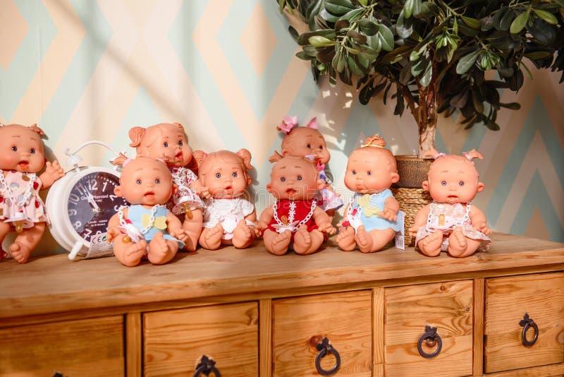 Gruppen av gulligt behandla som ett barn dockor på ljus bakgrund arkivfoto