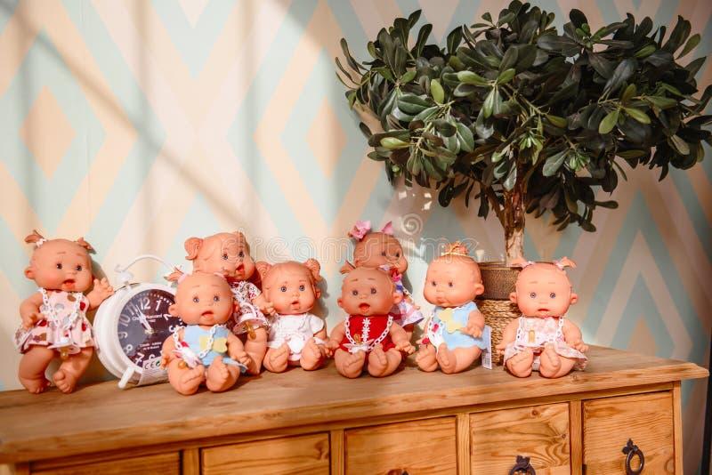 Gruppen av gulligt behandla som ett barn dockor på ljus bakgrund royaltyfri fotografi